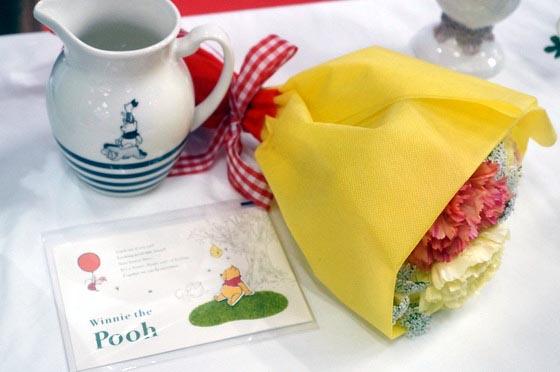 北欧テイストのピッチャーとプーさんをイメージした花束
